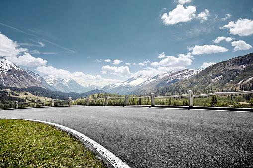 Mountain Pass「Curved empty road on mountain pass, San Bernardino, Switzerland」:スマホ壁紙(13)