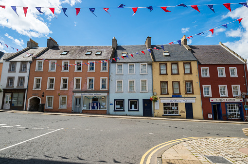 Dividing Line - Road Marking「A street in the farming town of Jedburgh, Scotland」:スマホ壁紙(1)