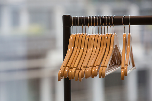 棚「Wooden coat hangers, hanging from a rail.」:スマホ壁紙(18)