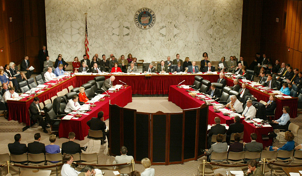 Dresser「Witnesses testify behind a protective screen on Capitol Hill」:写真・画像(12)[壁紙.com]