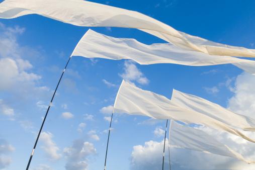 Praying「White Flags against blue Sky」:スマホ壁紙(11)