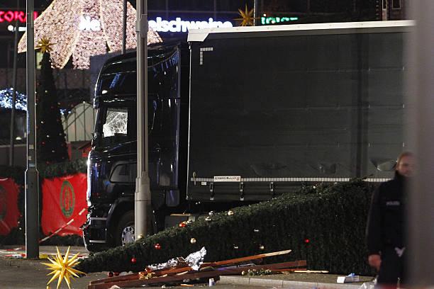 Lorry Truck Drives Through Christmas Market In Berlin:ニュース(壁紙.com)