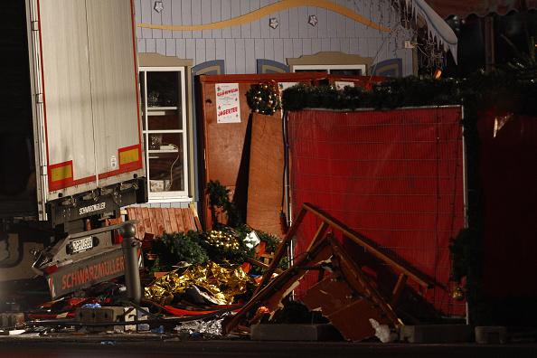 2016 Berlin Christmas Market Attack「Lorry Truck Drives Through Christmas Market In Berlin」:写真・画像(15)[壁紙.com]