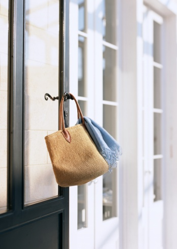 Shawl「A bag and stole hung on lever handle」:スマホ壁紙(9)