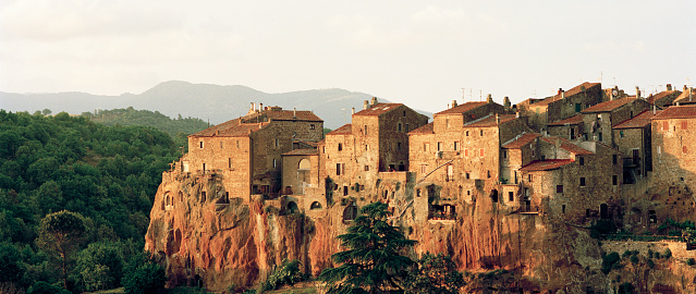 Townscape「Medieval hill town of Pitigliano at sunset」:スマホ壁紙(18)