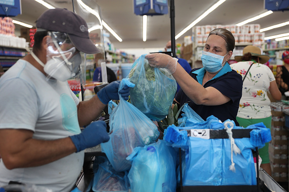 Occupation「Essential Workers Keep Businesses Open And Serve Customers During COVID-19 Pandemic」:写真・画像(6)[壁紙.com]