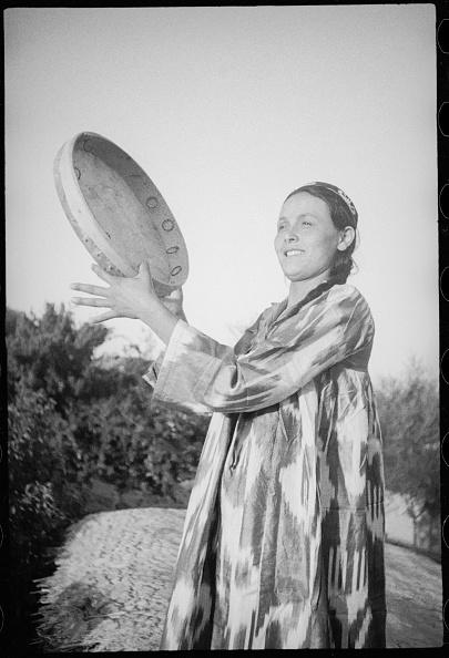 Skull Cap「Woman Playing Doira Drum」:写真・画像(4)[壁紙.com]