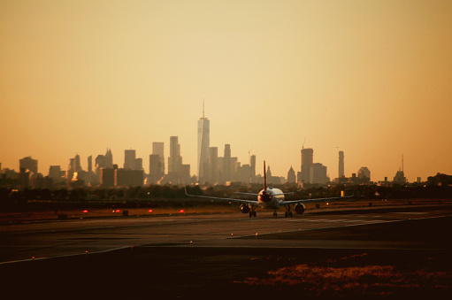 Airport Runway「nyc skyline view from airport with airplane taking off」:スマホ壁紙(17)
