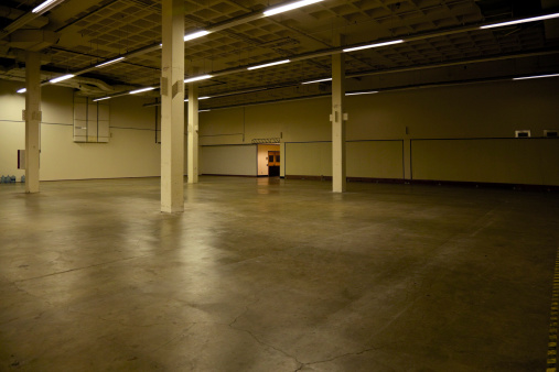 Basement「Pillars and lighting in empty warehouse」:スマホ壁紙(9)