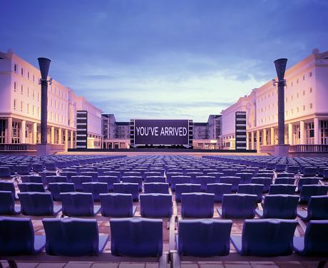 上映会「Stage with screen and chairs at heart of town in France」:スマホ壁紙(11)