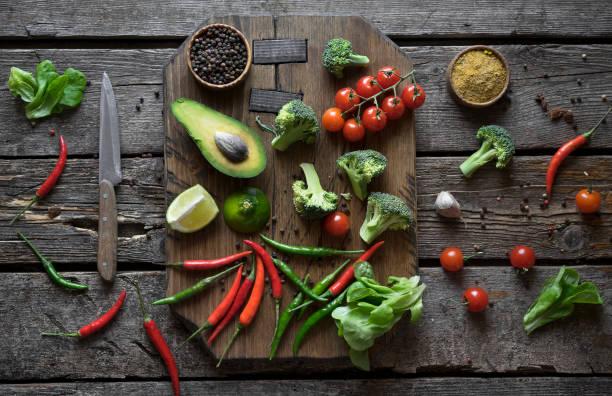 Sliced fruit and vegetables on cutting board:スマホ壁紙(壁紙.com)