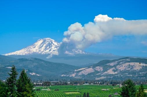 アダムス山「Fire on side of mountain, Mt. Adams, Oregon, USA」:スマホ壁紙(5)