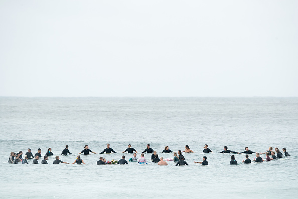 Hitting「International Surfers Remember Victims Of Christchurch Mosque Attacks」:写真・画像(4)[壁紙.com]