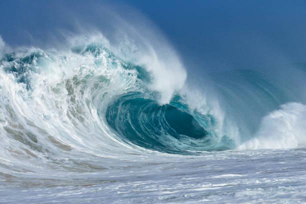 Big dramatic wave.:スマホ壁紙(壁紙.com)