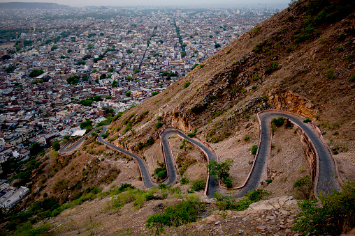 Rajasthan「A switchback road and Jaipur city seen from Tiger Fort, Rajasthan, India」:スマホ壁紙(1)