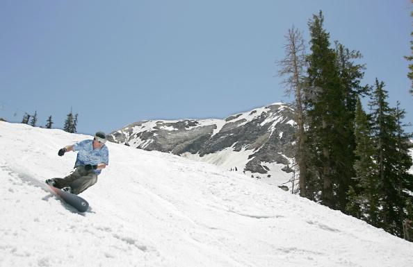 スノーボード「Skiers Hit The Slopes On 4th Of July Weekend At Snowbird Mountain」:写真・画像(1)[壁紙.com]