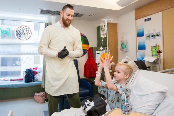 Scott Eisen「Celtics Player Aron Baynes Visits Patients At Boston Children's Hospital」:写真・画像(8)[壁紙.com]