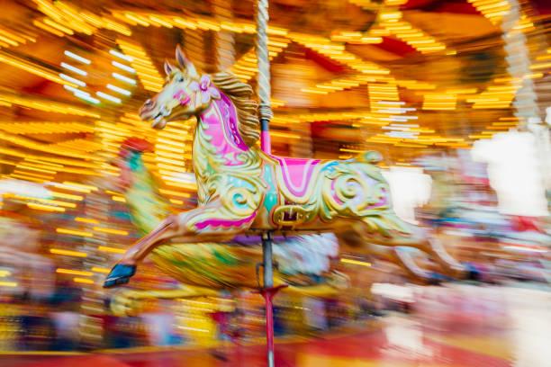 Carousel Horse with Motion Blur Background:スマホ壁紙(壁紙.com)