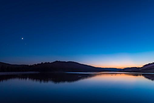 満ちていく月「Waxing moon and Jupiter in twilight at Reesor Lake, Alberta, Canada.」:スマホ壁紙(8)