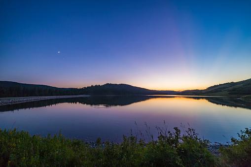 満ちていく月「Waxing moon and crepuscular rays at Reesor Lake, Alberta, Canada.」:スマホ壁紙(7)