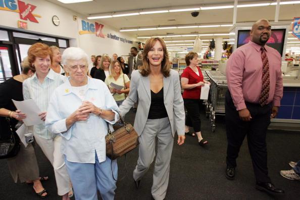 Jaclyn Smith「Jaclyn Smith Appears At St. Louis Area Kmart」:写真・画像(4)[壁紙.com]