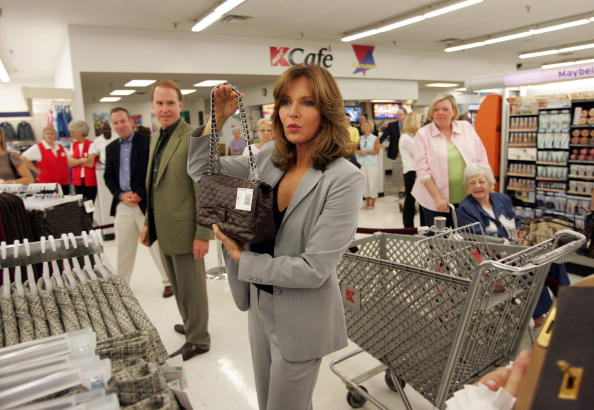 Jaclyn Smith「Jaclyn Smith Appears At St. Louis Area Kmart」:写真・画像(16)[壁紙.com]