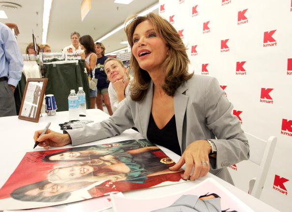 Bill Greenblatt「Jaclyn Smith Appears At St. Louis Area Kmart」:写真・画像(18)[壁紙.com]