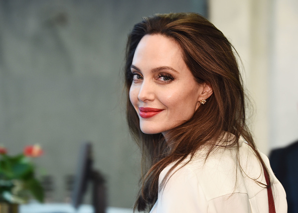 カメラ目線「Angelina Jolie Visits The United Nations」:写真・画像(6)[壁紙.com]
