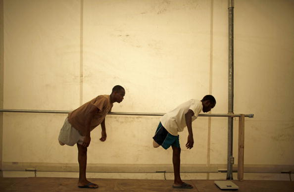 Balance「Haitian Earthquake Victims Receive Physical Therapy In Hospital」:写真・画像(2)[壁紙.com]