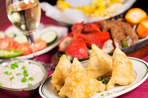 Indian food: samosas with rice, tandoori chicken, naan and vegetables:スマホ壁紙(壁紙.com)