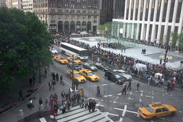 In A Row「Apple Opens Flagship Store In Manhattan」:写真・画像(2)[壁紙.com]