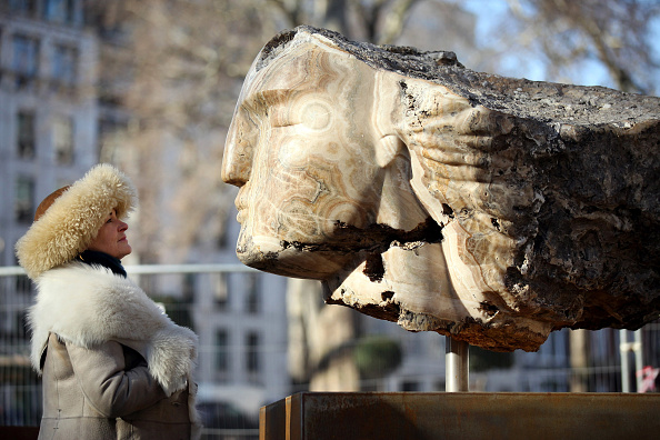 Sculptor「Giant Stone Heads Created By British Sculptor Emily Young Are Winched Into Berkeley Square」:写真・画像(4)[壁紙.com]