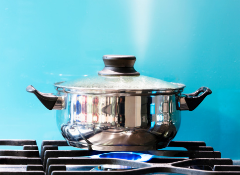 Lid「Saucepan boiling on gas stove with steam jet rising」:スマホ壁紙(4)