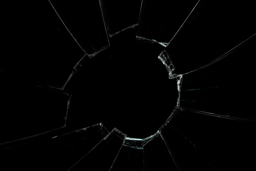 割れガラス「Crackled and broken window」:スマホ壁紙(14)