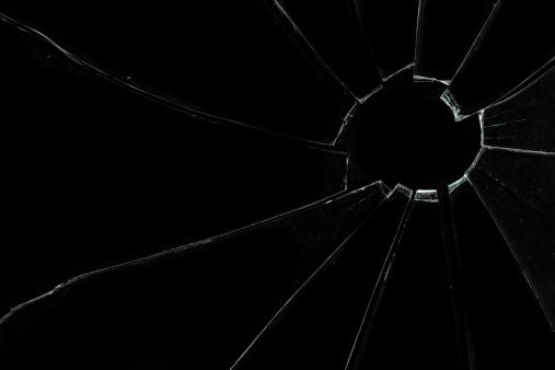 割れたガラス「Crackled and broken glass」:スマホ壁紙(2)