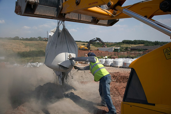 Dust「Spreading recycled material during road building operations, UK」:写真・画像(7)[壁紙.com]
