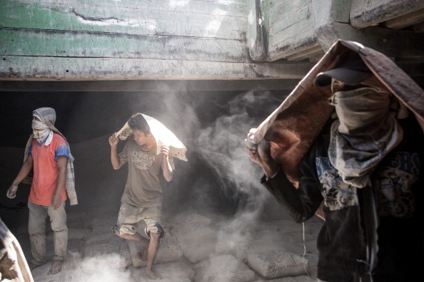 Cement「Paotere Harbor's Porters Struggle With Long Hours And Low Pay」:写真・画像(12)[壁紙.com]