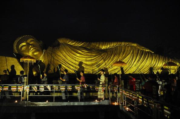 Giant Buddha「Indonesian Buddhists Celebrate The Vesak Holiday」:写真・画像(19)[壁紙.com]