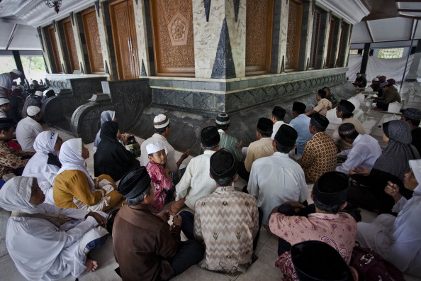 Non-Moving Activity「Hundreds Of Muslims Make Daily Pilgrimage To The Tomb Of Sunan Kalidjaga」:写真・画像(19)[壁紙.com]