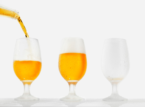 Pouring「Beer pour in glass」:スマホ壁紙(7)