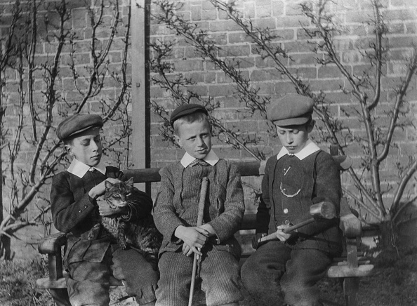 Tabby Cat「Three Young Boys With Caps」:写真・画像(1)[壁紙.com]