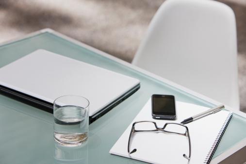 Eyeglasses「Laptop, eyeglasses, cell phone and notepad on table」:スマホ壁紙(7)