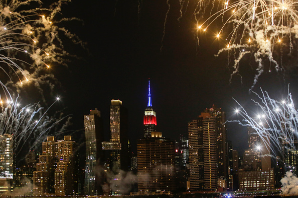 Empire State Building「Fireworks Light Up The Skies Over New York On Independence Day」:写真・画像(10)[壁紙.com]