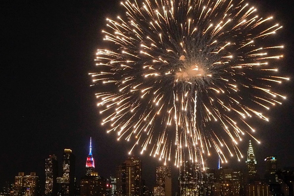 Empire State Building「Fireworks Light Up The Skies Over New York On Independence Day」:写真・画像(17)[壁紙.com]