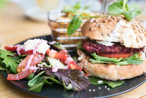 Veggie Burger「Beetroot Burger with Salad and Fries」:スマホ壁紙(18)