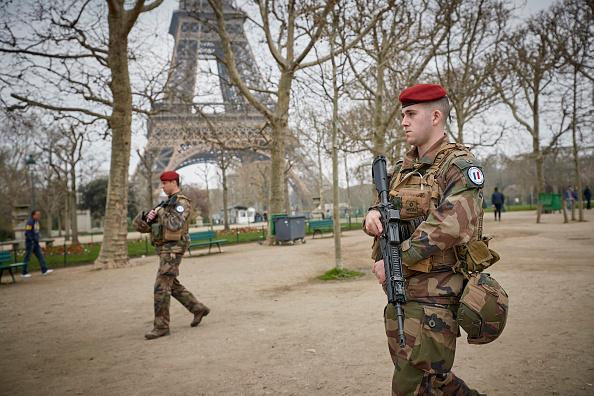 歩兵「Macron Puts The Army On Paris Streets To Combat 19th Act Of The Gilets Jaunes」:写真・画像(1)[壁紙.com]