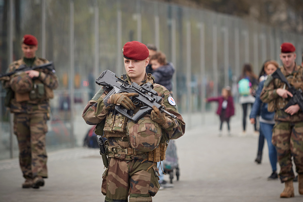 歩兵「Macron Puts The Army On Paris Streets To Combat 19th Act Of The Gilets Jaunes」:写真・画像(2)[壁紙.com]