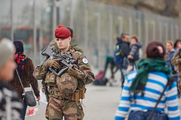 歩兵「Macron Puts The Army On Paris Streets To Combat 19th Act Of The Gilets Jaunes」:写真・画像(4)[壁紙.com]