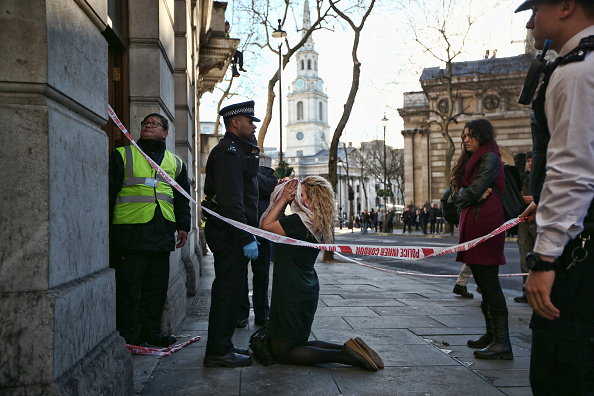 Kneeling「'Love Activists' Take Over A Central London Building For Christmas」:写真・画像(14)[壁紙.com]