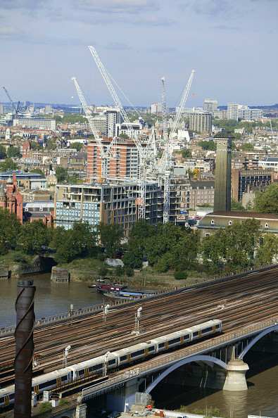 Urban Skyline「View of London skyline from the Battersea Power Station, London South bank. The industrial landmark is being redeveloped into a huge leisure and residential complex, cultural centre and five stars hotel.」:写真・画像(16)[壁紙.com]